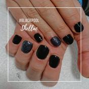 manicura shellac en negro con purpurina