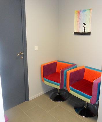 Photo de la salle d'attente : deux sièges en tissu multicolore.