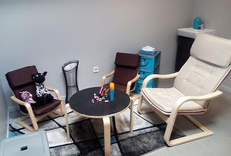 Un coin enfants avec des petits sièges et une table sur laquelle les enfants peuvent dessiner.