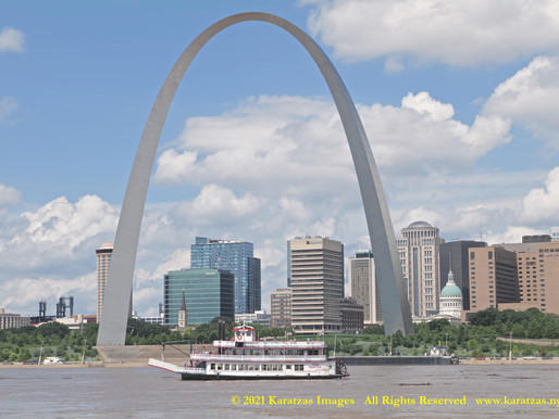 Marine Traffic Images at the Gateway Arch, St Louis, Missouri