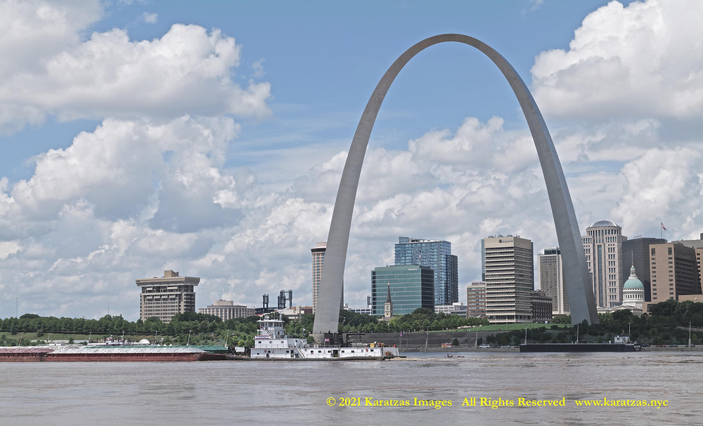 Picture  Towboat MV 'David Evans' and the Gateway Arch