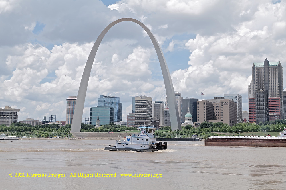 Picture of Towboat MV 'Miranda Paige' and the Gateway Arch