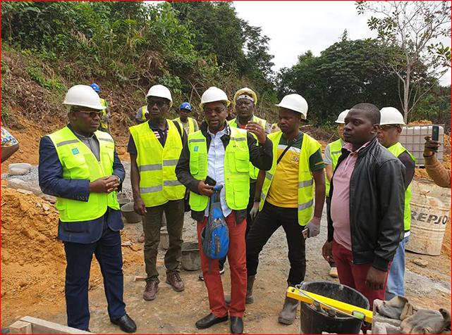 Rigobert Ikamboyat Ndeka (extrême gauche)  sur le chantier de KT Corporation, le 12 juillet 2019.