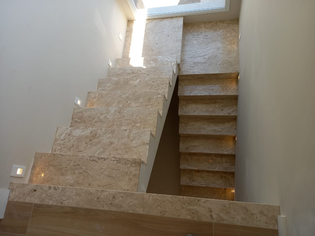 Escada Mármore Travertino Nacional 2.JPG