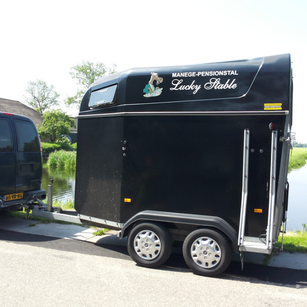 Lucky Stable belettering paardentrailer