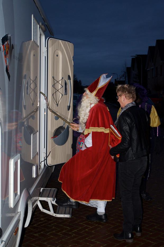 VrouwRijdtCamper vervoert Sinterklaas