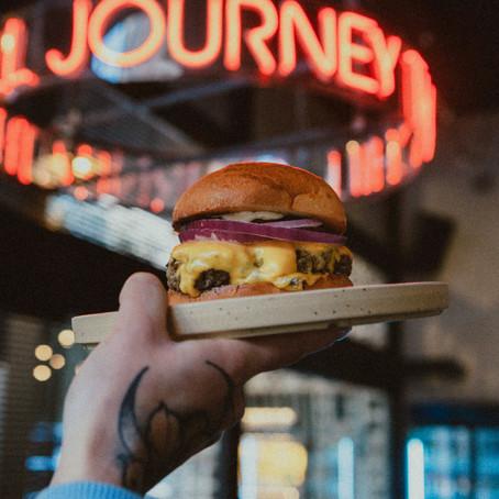 ONEMAN / Γιατί όλοι παραμιλάνε με το cheeseburger του Lost Athens
