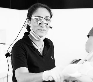 Zahnärztin Helena Montasem (Zahnarztpraxis in Mainz), Behandlung mit Lupenbrille, Zahnarzt Mainz