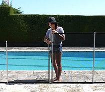 valla de piscina malla gris - puerta automatica