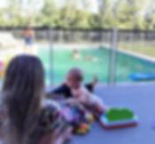 niños y bebes en piscina con valla de proteccion BabySecur