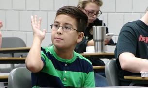 """Menino de 11 anos se forma na faculdade e declara: """"vou provar pela ciência que Deus existe"""""""