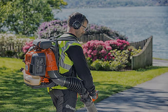 Landscaper with battery powered leaf blower backpack