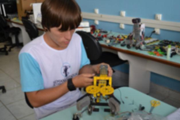 Kaio_Littike_montando_um_robô_com_peças_