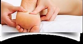 pé sendo massageado com os polegares