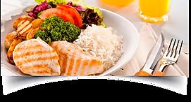 prato de comida na mesa com arroz, filé de frango , bócolis, alface , tomate e copo com suco de laranja