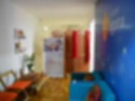 Sala de atendimento do studio ágata com cadeiras, sofá, mesa com flores e velas aromáticas