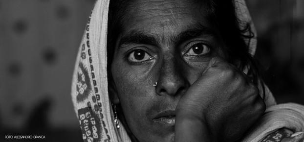 ritratto donna sguardo intenso foto in bianco e nero