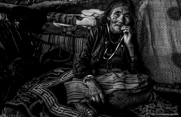 anziana seduta su un tappeto
