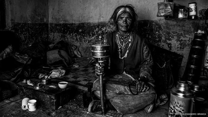 anziana con strumenti di preghiera