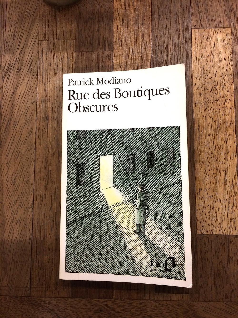 """Photo du livre """"Rue des Boutiques Obscures"""" de Patrick Modiano (1)"""