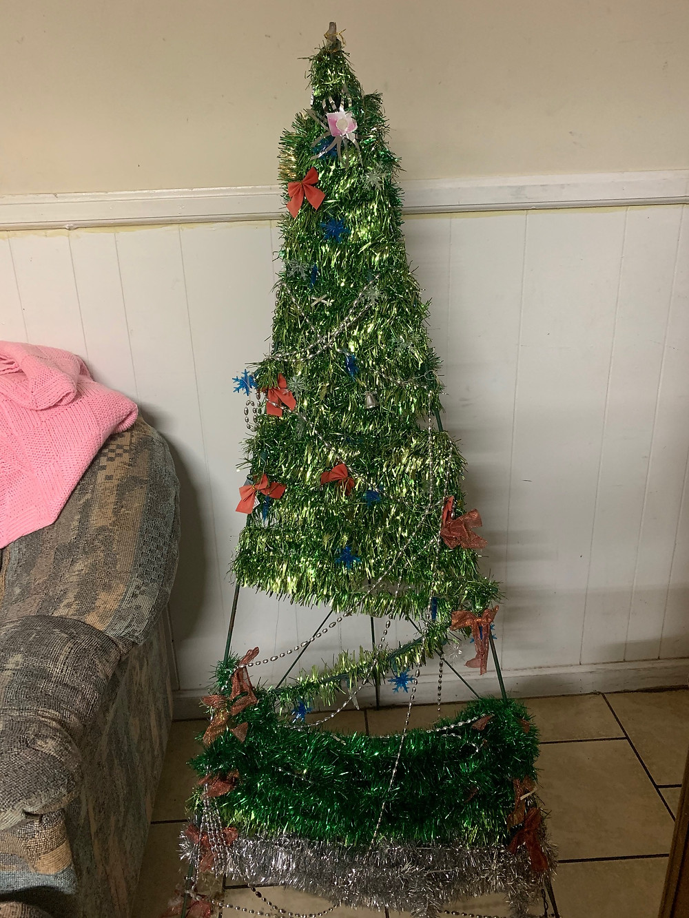 Decorate the Christmas tree.