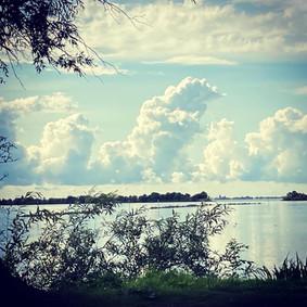 geluksdag wolken, eiland en water.JPG