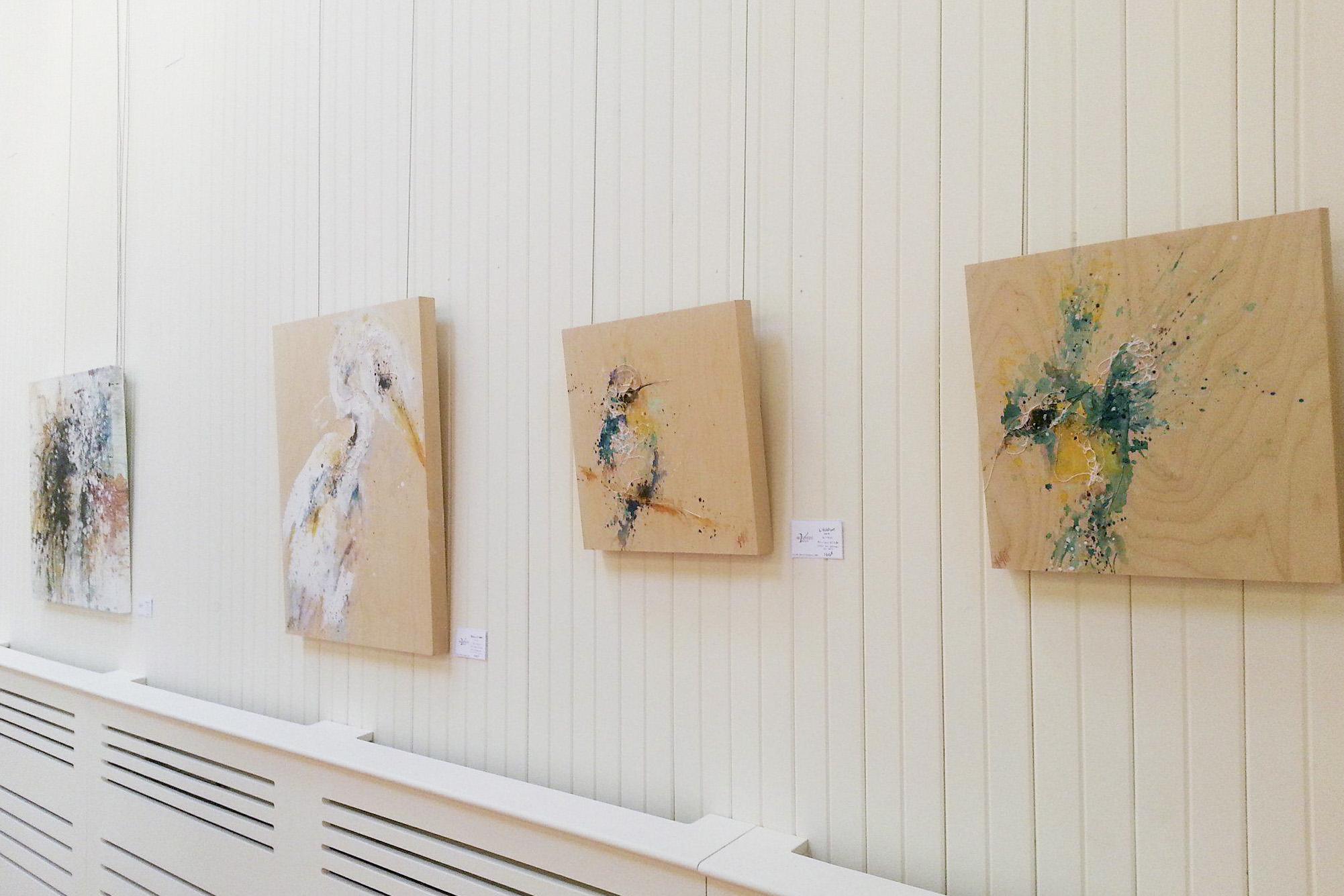 Quelques oeuvres de l'exposition solo de l'artiste Anne-Marie Villeneuve au Manoir-Papineau, à Montebello.