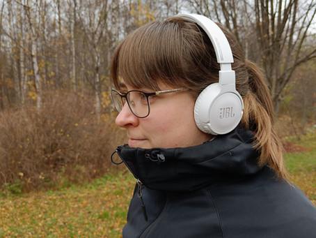 Kieltenkäyttäjien elämäntarinoista tutkittuun tietoon kielestä - kolme kieliaiheista podcastia