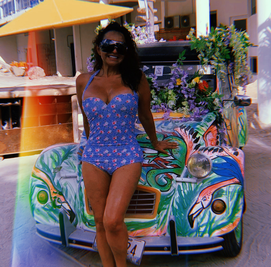 Babe in front of Linchy car
