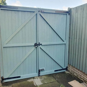 new gate supplied, fitted and painted.jp