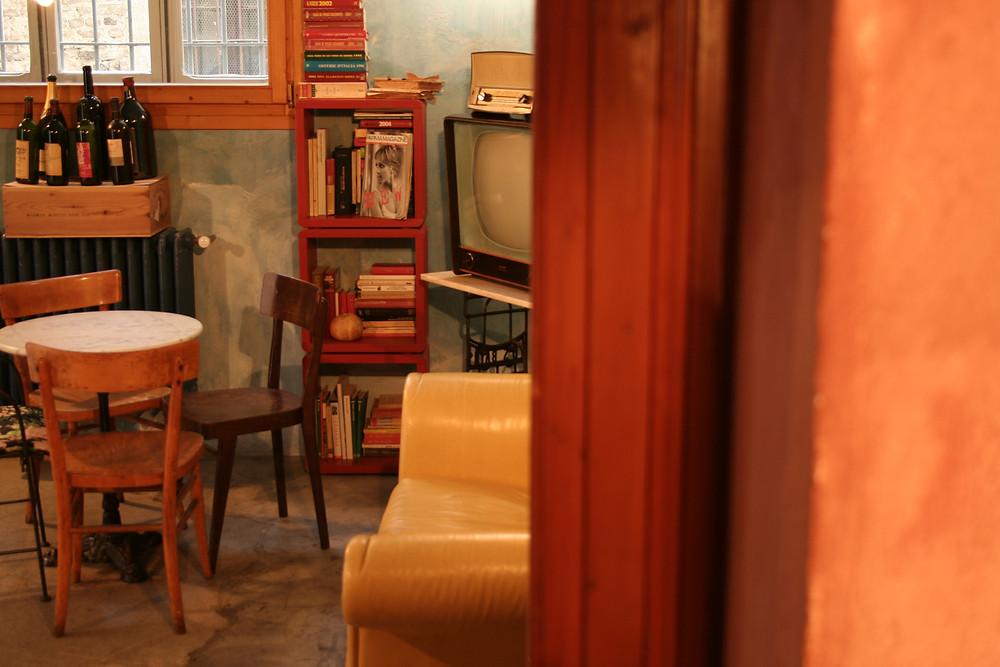 Un angolo dell'enoteca Ombre Rosse a Parma