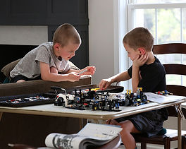 boys-building-LEGO-projects-Technic-Pors