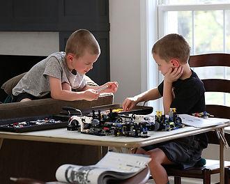 boys-building-LEGO-projects-Technic-Pors
