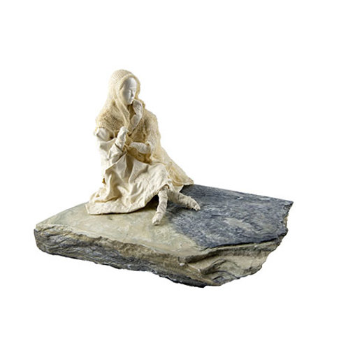 Femme sur bloc de marbre