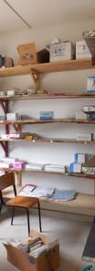 D 01 La pharmacie du dispensaire avant..