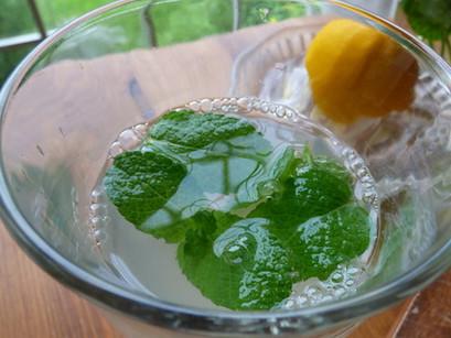 朝の美味しいレモン水