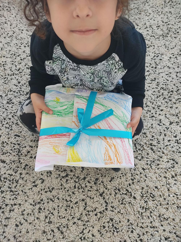 יובליל מחזיקה את המתנה