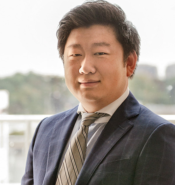 Michael Xia 首席投資官  - 曾在帝國商業銀行擔任私人銀行經理人,管理超過1.78億加元資產 - 曾在博寧福田股份有限公司(市值4億人民幣)擔任執行董事