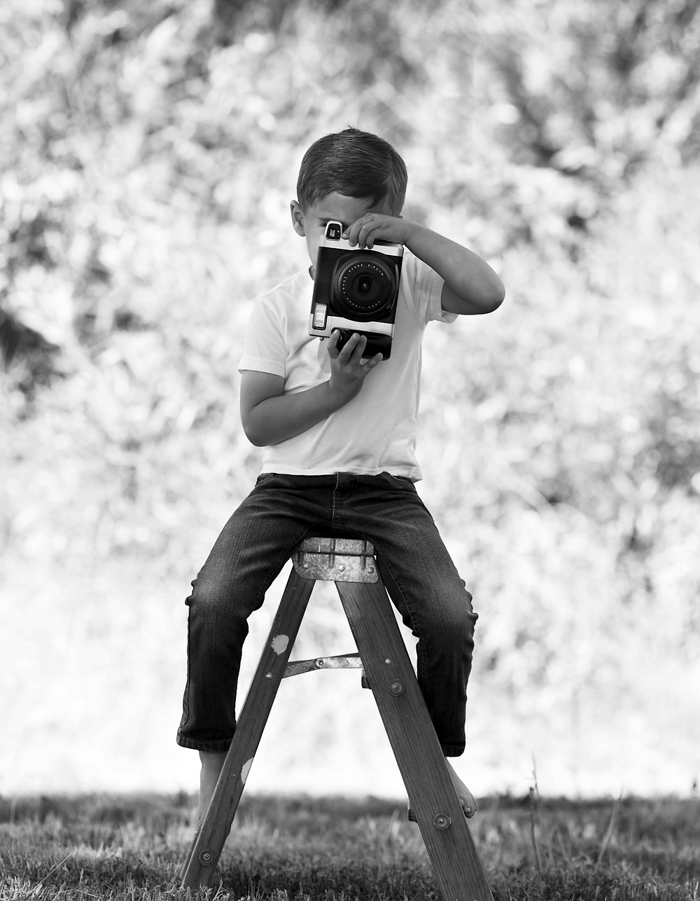 """<img  data-cke-saved-src=""""professionalphotographerfresno.png"""" src=""""professionalphotographerfresno.png"""" alt=""""small child during a family portrait session"""">"""