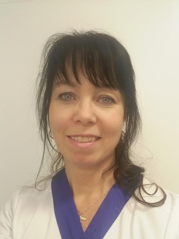 Arbetar även kliniskt som sjuksköterska för att vara uppdaterad.
