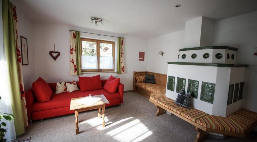 wohnzimmer-mit-ausziehbarer-couch.jpg