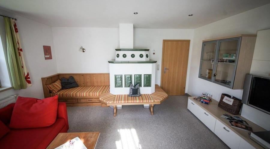wohnzimmer-mit-kachelofen.jpg
