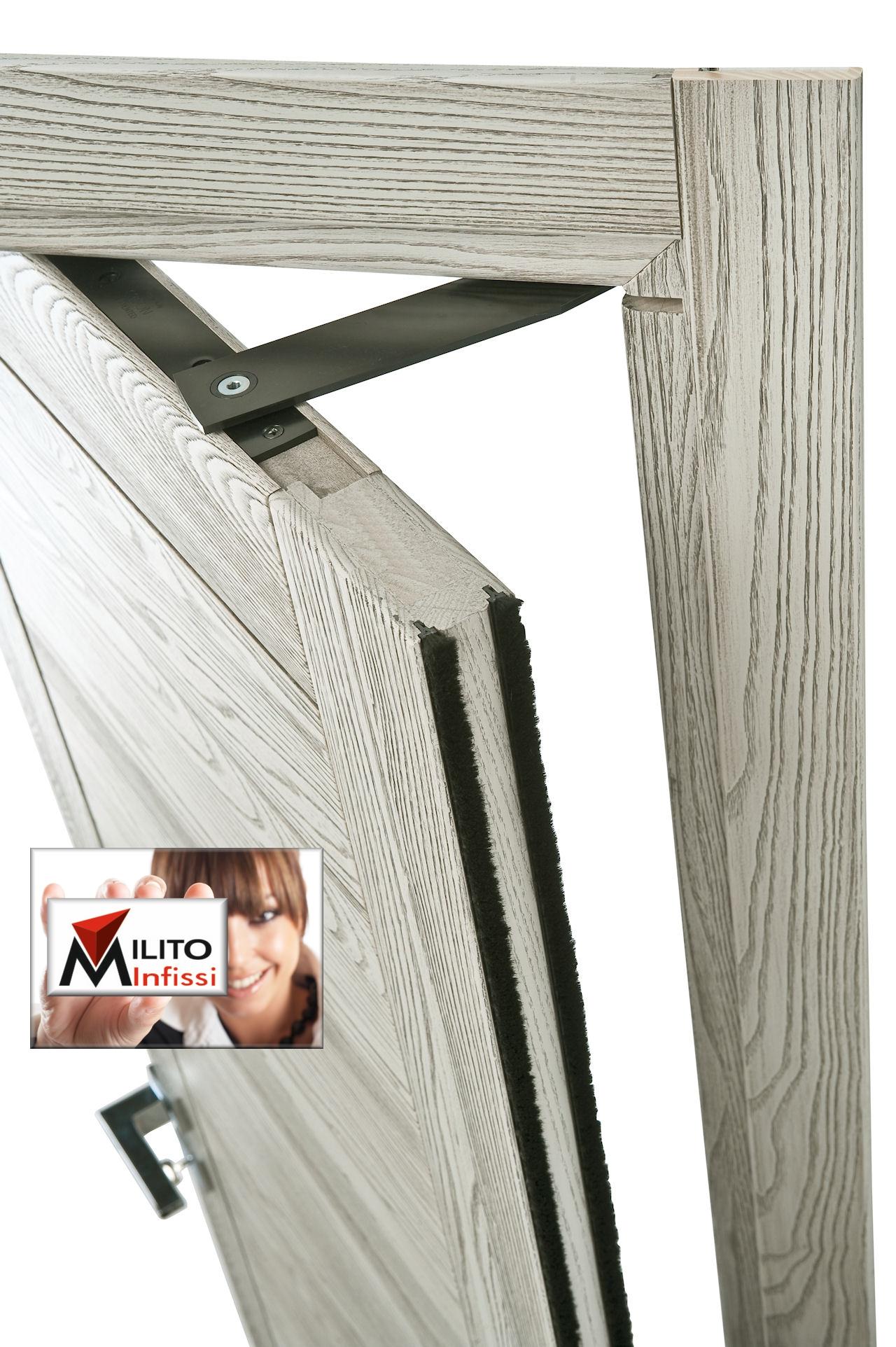 particolare porta in legno rototlaslante