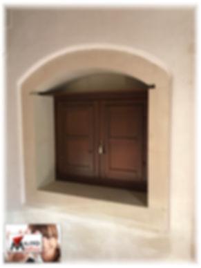 finestra in legno con scuretti e sopraporta