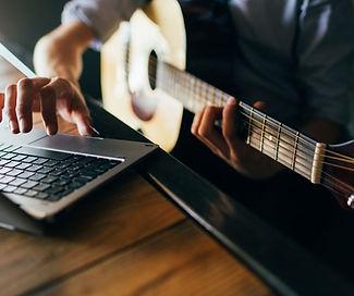 man taking onine guitar classes