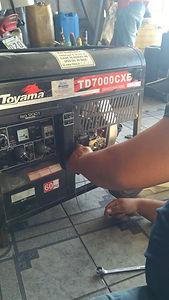 Técnico da Hercules Geradores realizando reparos em um gerador de energia da Toyama.
