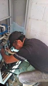 Eletricista da Hercules Geradores realizando trabalho de recuperação de gerador de energia Heimer.