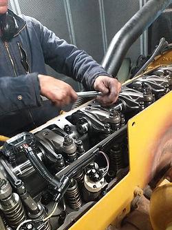 Técnico da Hercules Geradores reparando gerador de energia.