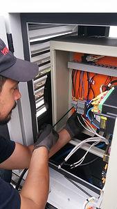 Engenheiro eletricista da Hercules Geradores instalando um gerador de energia da Yanmar.