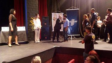 Engenheiro eletricista da Hercules Geradores sendo cumprimentado no Prêmio Santo André Excelência em Gestão.
